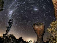 Exposição sobre astrofotografia mostra os arenitos do Parque Estadual de Vila Velha com a luz das constelações