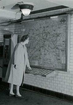 Plan électrique du métro pour trouver la correspondance à prendre suivant la station de destination. Métro de Paris.