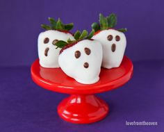 These quick, easy and delicious Strawberry Ghosts are a fabulous Halloween treat that can be made in no time at all. Perfect for both children and adults.