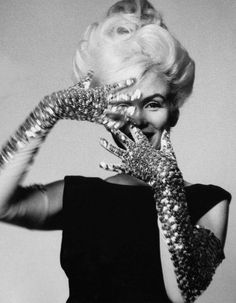 Marilyn Monroe by Bert Stern, 1962.|| Strikes a Pose