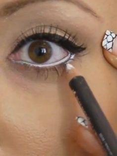 Gözlerinizi olduğundan daha büyük göstermek için beyaz kalemden yardım alın. Alt gözkapağınızın içine beyaz kalem çekin ve göz pınarınıza gelmeden durun. Alt kirpik diplerine rimel uygulamak da gözleri daha büyük göstermek için kullanılan hilelerden biri.