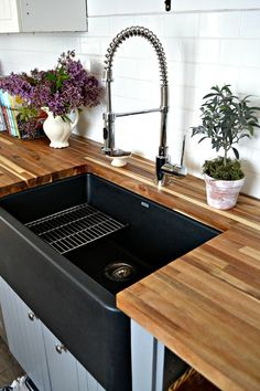 59 Our Black Farmhouse Sink - . 59 Our Black Farmhouse Sink - Always aspired to learn how to knit. Best Kitchen Sinks, Kitchen Sink Design, Tidy Kitchen, Home Decor Kitchen, Interior Design Kitchen, New Kitchen, Kitchen Ideas, Black Kitchen Sinks, Kitchen Cleaning