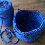 #Mandje aan het #haken voor al onze losse handschoenen en mutsen... #crochet #häkeln #opbergmand #blaue . . Making a #basket for all our gloves... #crochetaddict #lovecrochet #spagettitouw