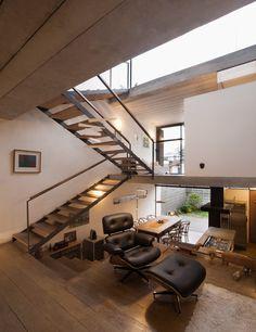 Diversos modelos de escadas internas pra você se inspirar. São escadas criativas, modernas, em diferentes cômodos e posições. Confira!