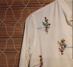 Detailing with embroidery Hand Embroidery Dress, Embroidery On Kurtis, Kurti Embroidery Design, Embroidery Suits, Embroidery Patterns, Kurta Designs, Blouse Designs, Girl Fashion, Fashion Outfits