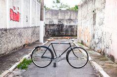 O Fabio ganhou uma Philips do avô, que estava encostada e trouxe para cá. Pensamos num projeto classudo, mantendo o preto original e recuperando seus detalhes. Acabamento em couro feito a mão. Pedais originais e detalhes incríveis. Tá rodando por aí. Foto Raquel Espirito Santo Bicycle, Studio, Originals, Spiritism, Sao Paulo, Top Coat, Leather, Black, Bicycles