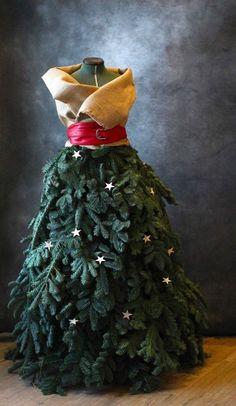 Et si vous réalisiez un sapin original pour Noël? Créez une robe haute couture dans votre salon, en créant votre vêtement à partir de verdure, de décorati