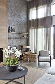 Úžasný výhled do okolní krajiny tvůrci podpořili celoprosklenou stěnou. Lehký závěs rozptyluje denní světlo a místnost zklidňuje.