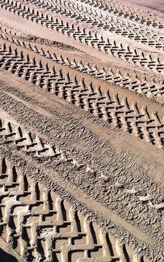 Tire tracks make a very interesting pattern in the sand Patterns In Nature, Textures Patterns, Color Patterns, Tyre Tracks, Tire Marks, Tire Tread, Texture Photography, Shades Of Beige, Tecno