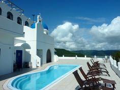 一度は訪れてみたい、エーゲ海。中でも人気の観光地となっている「サントリーニ島」は、吸い込まれそうな空と紺碧の海、白亜の建物が美しいリゾート地です。でも、行ってみたいとは思うものの、そう簡単に何度も行けるところではありません。しかし、実はそんな「サントリーニ島」特有の雰囲気を、余すところなく再現したリゾートホテルが高知県にあるんです!その名も「ヴィラサントリーニ」。まるでエーゲ海の、あの「サントリーニ島」に行った気分が味わえるという話題のホテルです。さて、いったいどんなところなのか、詳しくご紹介しちゃいます。