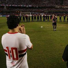 """São Paulo FC - Facebook """"#IssoÉSãoPaulo O eterno 10 Raí 10 Oficial aplaude o único 01 Rogério Ceni! O que mais te emocionou no #PraSempreM1TO?  SIGA: http://instagram.com/saopaulofc"""""""