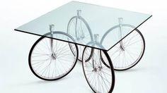 Une table avec des roues de vélos ??  Et oui ça existe !!  #tableroue #TourdeGaeAulenti #Fontana Arte