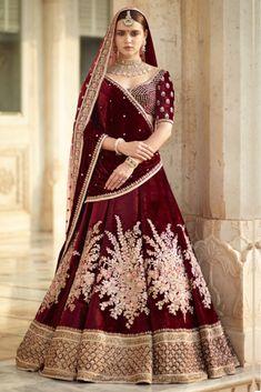 Find top trending and unique Sabyasachi Lehenga Designs for your dream bridal look. Best bridal lehenga designs by Sabyasachi for 2020 weddings. Indian Bridal Outfits, Indian Bridal Lehenga, Indian Bridal Fashion, Indian Bridal Wear, Indian Dresses, Sabyasachi Lehenga Bridal, Lehenga Dupatta, Bridal Sari, Bridal Lehenga 2017