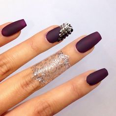 Uñas de color ciruela con piedras color plateado