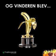 OG VINDEREN BLEV...  Hvem af dine venner er en sand vinder?  #frugt #oscar #statuette #banan #frugtkurven