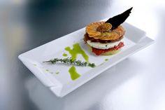 Tapa que presentamos en 2011 en el I Concurso de Tapas de Madrid. Timbal de dos patatas con queso macerado al romero, tomate confitado y teja de aceitunas negras. El creador fue Oliverio Vázquez.