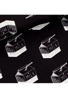Tissu french terry, maille sweat à bouclettes, pour la couture pour toute la famille, imrpimé écru sur fond noir, en vente au mètre sur 36bobines;com (marque See You at Six).