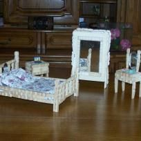 Ice Lolly Stick Crafts, Craft Stick Crafts, Diy Barbie Furniture, Handmade Furniture, Miniature Furniture, Dollhouse Furniture, Homemade Barbie House, Wooden Clothespin Crafts, Decorated Wine Glasses