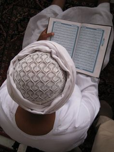 Peace of the Reader - A Muslim reading Qur'an near the Holy shrine Ka'ba in Mecca. Photo and caption by Selahattin Karabiçak. Muslim Pictures, Islamic Pictures, Gorgeous Movie, Life Is Beautiful, Quran Book, Quran Recitation, Islamic Art Calligraphy, Take Better Photos, We Are The World