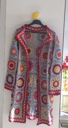 Best Totally Free granny square blouse Tips Granny square crochet cardigan. Cardigan Au Crochet, Crochet Jacket Pattern, Crochet Coat, Crochet Granny, Crochet Clothes, Crochet Patterns, Crochet Doilies, Granny Square Poncho, Granny Squares
