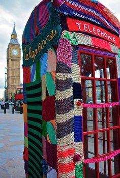 Urban Knitting y Yarn Bombing: el 'street' art Y hoy en Madrid Crochet Yarn, Knitting Yarn, Crochet Style, Knitting Patterns, Guerilla Knitting, Foto Picture, Yarn Bombing, Arte Popular, Street Art Graffiti