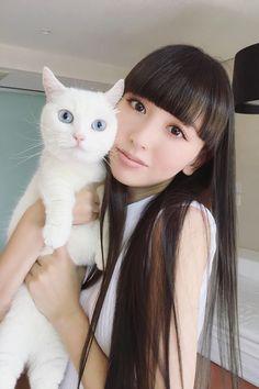 猫を抱っこしている鈴木えみ