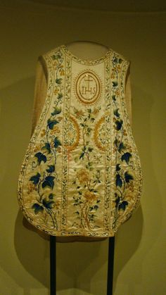 Look what I found in the Peabody Essex Museum, in Salem, MA. This is a chasuble from the 18th-19th century, in China. It's made of silk. It was probably made in Canton