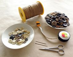 Instructions on how to make a button necklace.