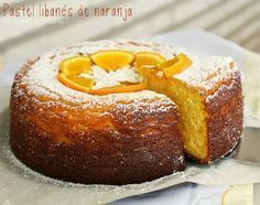 Pastel libanés de naranja. SIN HARINA NI ACEITE. 4 huevos L, 450 de naranjas (4 medianas), 200 de azúcar, 200 de almendra, 1/2 sobre de levadura, azúcar glass y 1 cucharadita de agua de azahar.