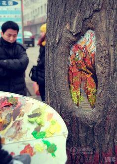 Con el objetivo de dar un poco de color a lo que pareciera ser una ciudad gris, Wang Yue, en compañía de un amigo, recorre las calles de Shijazhuang, China, en busca de huecos en los árboles; al encontrarlos crea sorprendentes imágenes sobre la corteza resultado de lamezcla de pinturas y su habilidad para deslizar […]