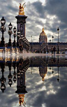 Reflets du Pont Alexandre III et Les Invalides.Reflections of Alexandre III Bridge and the Invalides.