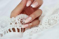 Koronkowe, precyzyjne i delikatne wzorki na paznokciach nadają im wyjątkowego uroku. Do ich wykonania możemy użyć pędzelków, sond, patyczkó...