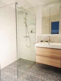 Petite salle de bain pratique avec carreaux de ciment au sol ! #inspiration #déco http://www.m-habitat.fr/par-pieces/sanitaires/comment-optimiser-l-espace-dans-une-petite-salle-de-bain-2691_A