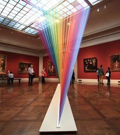 Um arco-íris dentro de uma sala de museu. Esse é o conceito da obra Plexus no. 35, do mexicano Gabriel Dawe, em exposição no Toledo Museum of Art, no estado norte-americano de Ohio, nos Estados Unidos.