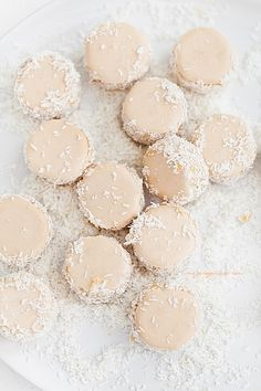 Raspberry & Coconut Cookies Image Via: Richele & Sydney Just Desserts, Delicious Desserts, Yummy Food, Cookie Sandwich, Brownies, Coconut Cookies, Coconut Jam, Coconut Macaroons, Cookie Recipes