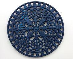 sininen metallipannunalunen . halkaisija 21.5cm