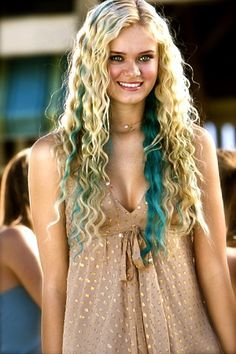 Sara Paxton :D. LoVe her hair! And she is am amazing mermaid! Sara Paxton, Hair Streaks, Blonde Hair With Highlights, Blonde Balayage, Blue Streaks, Blue Streak In Hair, Turquoise Highlights, Film Aquamarine, Aquamarine Blue