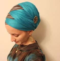 She criss-crosses two scarves together to get a zig zag turban! Turban Hijab, Head Turban, How To Wear Hijab, How To Wear Scarves, Criss Cross, Turban Tutorial, Head Wrap Tutorial, Hijab Tutorial, Sombrero A Crochet