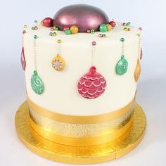 Christmas Cake Designs - Bauble Cake - To view the tutorial, please visit http://www.craftcompany.co.uk/christmas-cake-designs-bauble-cake.html