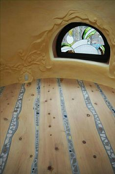 Japanese design art in the earth bag house in Japan window dogei # colorful . - Japanese design art in earth bag house in Japan window dogei # colorful - Maison Earthship, Earthship Home, Cob Building, Building A House, Green Building, Earth Bag Homes, Pine Shelves, Live Edge Shelves, Natural Homes