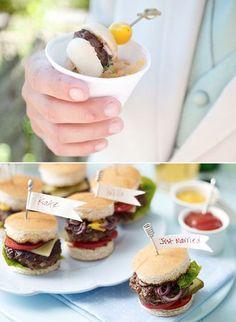 Ideas de mini foods para bodas. ¿Quién no quiere una mini hamburguesa Kobe beef con pepinitos, cebolla y queso?
