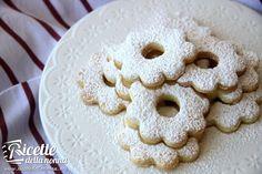 Biscotti a forma di fiore bucato i Canestrelli sono tipici biscotti della cucina ligure. Friabili burrosi e cosparsi di zucchero a velo sono adatti per ogni momento dolce della giornata.