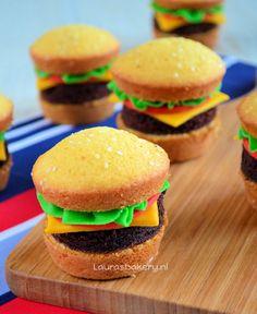 Hamburger cupcakes - Laura's Bakery Per basisrecept cupcakes, 1 pak browniemix! Funny Cupcakes, Kid Cupcakes, Cupcake Cakes, Cup Cakes, Hamburger Cupcakes, Cupcake Decorating Party, Decorating Ideas, Cake Recept, Funny Birthday Cakes