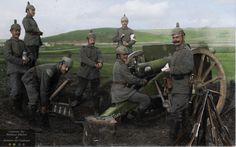 Artilleurs de 2e batterie 9 cm , Ersatz Btn . 44 , ( 13. Bayrische Landwehr Brigade Infanterie , 1. bayr . Landwehr Division ) , armés de w / Gew 91 empilées en faisceaux.Notez le musicien à l'arrière de la machine a un manche de couteau qui dépasse du haut de sa botte . La pièce sur le terrain est un 9 cm C / 1873 Kanone .