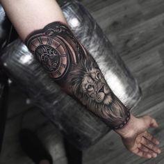 Half arm tattoo, lion tattoo, clock tattoo, tatuaggio ingranaggi, tatuaggio leone, clock tattoo, tatuaggio orologio, realistico, realistic tattoo, black and white tattoo, tatuaggio in bianco e nero, tattoo by Edwin Basha