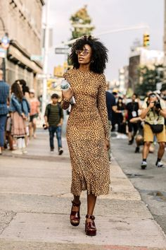 25 of the Coolest Animal Print Dresses This Season (Le Fashion) 25 dos melhores vestidos estampados Fashion Mode, Fashion Week, Look Fashion, Fashion Beauty, Fashion Outfits, Womens Fashion, Fashion Tips, Fashion Trends, 70s Fashion