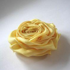 Světle žlutá, zářivá