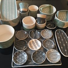 Bols, coupelles, tasses et plats en faïence. Pottery Bowls, Ceramic Pottery, Sharpie Projects, Sgraffito, Plates And Bowls, Air Dry Clay, Ceramic Plates, Handmade Pottery, Decoration