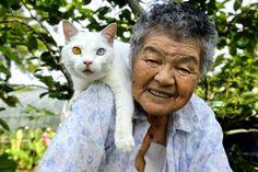 Stara kobieta i kot - u Miyoko Ihary