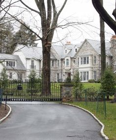 Beyonce and Jay Z Scarsdale Home ♡✿♔Life, likes and style of Creole-Belle♔✿✝♡ Tuscan Style Homes, French Style Homes, Celebrity Mansions, Celebrity Houses, Beautiful Dream, Beautiful Homes, Wayne Manor, Home Nyc, Rich Home